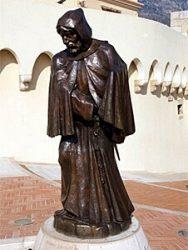 Памятник Франческо Гримальди перед Гримальдийским дворцом иллюстрирует сказание о том, что тот овладел Монако в 1297 году хитростью, выдав себя и своих спутников за монахов.