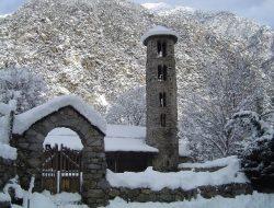Внешний вид церкви Санта-Колома в Андорре зимой