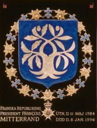 Президентский штандарт Франсуа Миттерана в обрамлении цепи ордена Серафимов — высшей награды Швеции, присуждённой в 1984 году.