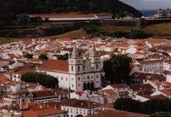 Историческая часть Ангра-ду-Эроижму, в центре - собор Se de Sao Salvador