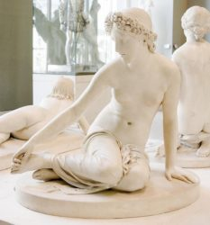 Нимфа Салмакида (1819-1837, белый мрамор, Лувр)