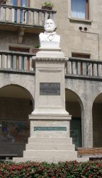 Первый памятник, посвящённый Дж.Гарибальди (Сан-Марино, 1882; скульптор — Stefano Galletti)
