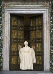 Папа римский Франциск открывает святые врата