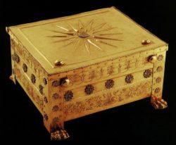 Золотой саркофаг, в котором находились (предположительно) останки Филиппа II. На его крышке изображено Солнце — символ македонской королевской династии.