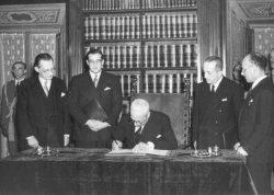 Временный глава государства Энрико Де Никола подписывает Конституцию, 27 декабря 1947 года.