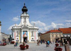 Малая базилика Введения во храм Пресвятой Девы Марии в Вадовицах. Справа— дом-музей Иоанна Павла II.