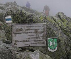 Мемориальная доска в честь восхождения 1841 года. Сине-белая отметка пути используется в Татрах.