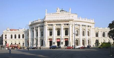 Бургтеатр (архитекторы Г.Земпер, К.Хазенауэр, 1874—1888, Вена). По традиции в театре почти ежедневно дают новую пьесу.