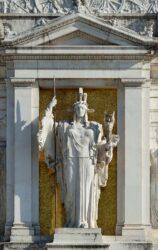 Памятник богине Роме на площади Венеции в Риме работы Анджело Занелли