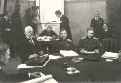Члены эстонской делегации на подписании Тартуского мирного договора 2 февраля 2020 года. Слева направо — Яан Поска, генерал Яан Соотс, полковник Виктор Мутт.