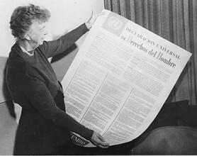 Элеонора Рузвельт с испанской версией Всеобщей декларации прав человека (1949)