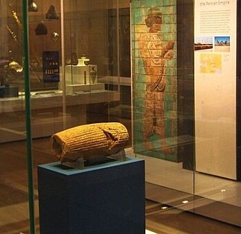 «Цилиндр Кира» — декларация прав VI века до н. э. (Британский музей)