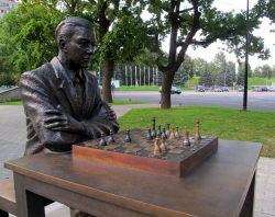 А с этим Кересом любой желающий может сыграть в шахматы. Памятник открыт 7.01.2016 г. в Нарве.