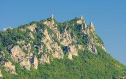 Три башни Сан-Марино, возвышающиеся на вершинах Монте-Титано