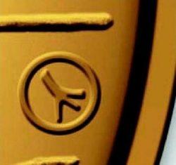 Знак в виде рога северного оленя обозначает, что монета отчеканена из финского золота. Последний раз этот знак ставился в 1997 году.