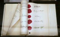 Австрийский государственный договор, заверенный подписями и печатями (хранится в замке Хофбург, Вена)