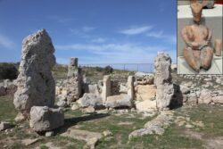 Руины Скорбы и терракотовая статуэтка богини плодородия, найденная при раскопках храма