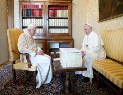 Исторический момент: Бенедикт XVI и Франциск встретились в летней резиденции папы римского в г. Кастель-Гандольфо (март 2013)