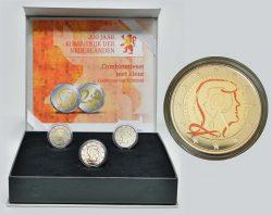 Цветная памятная монета 2 евро «200 лет Королевству Нидерландов» 2013 года вышла в составе набора. Состав бокса: 1-я монета — цветная Proof, 2-я — простая Proof, 3-я — простая BU.
