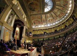 Церемония приведения к присяге проводилась во Дворце Кортесов в Мадриде, где обычно заседает нижняя палата парламента.