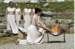 Олимпийский огонь зажигается от солнечных лучей в Олимпии