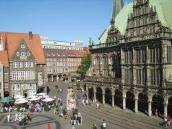 Бременский Роланд, на заднем плане — городская ратуша.