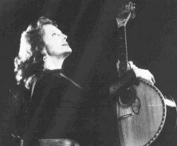 Амалия Родригеш с гитарой