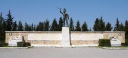 Памятник царю Леониду I и войнам погибшим в Фермопильском сражении