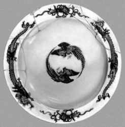 Блюдо из «Сервиза с драконами». 1730-е гг. Музей керамики и «Усадьба Кусково XVIII века». Москва