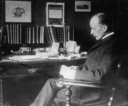 Макс Планк в своём кабинете